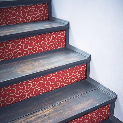 Stickers décoratifs nuages asiatiques rouges faisant ressortir les contremarches noirs de l'escalier