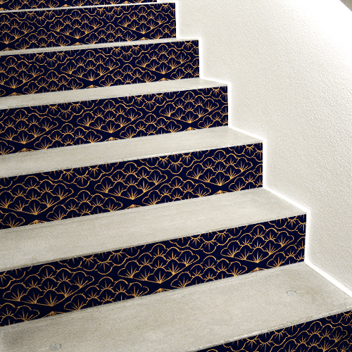 Escalier en béton blanc décoré avec des stickers représentant une mosaïque d'écailles or et bleues