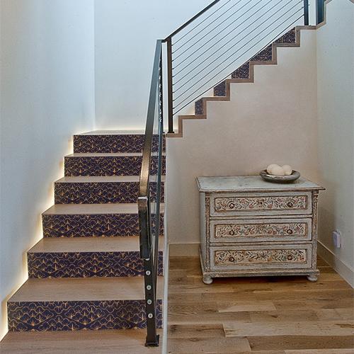 Escalier classique mis en valeur par des stickers autocollants motifs mosaïque d'écailles or sur fond bleu