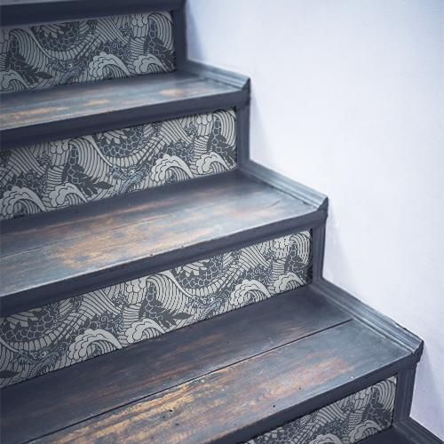 Stickers décoratifs dragons de mer collés sur des contremarches d'escalier en bois