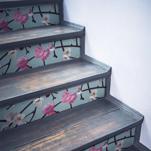 Stickers décoratifs fleurs blanches et violettes collés sur des contremarches en bois noir