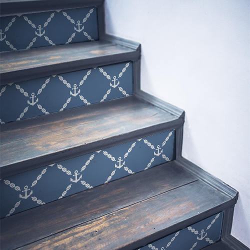 Escalier en bois noir décoré avec des stickers adhésifs frise d'ancres blanches sur fond bleu