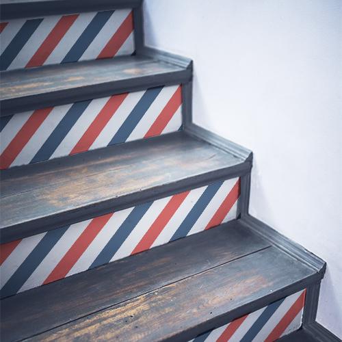 Stickers autocollants décoratifs bleus blancs rouges collés sur des escaliers en bois