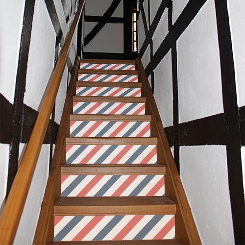 Escalier traditionnel dont les contremarches sont mises en valeur par des stickers autocollants bleus blancs rouges