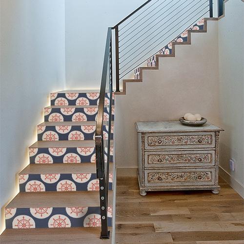 Escalier classique avec des marches ornées de stickers autocollants représentant des gouvernails de bateau rouges