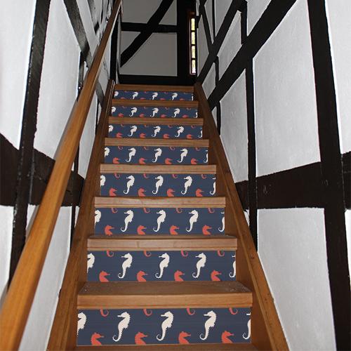 Escalier traditionnel avec des stickers représentant des hippocampes de deux couleurs collés dessus