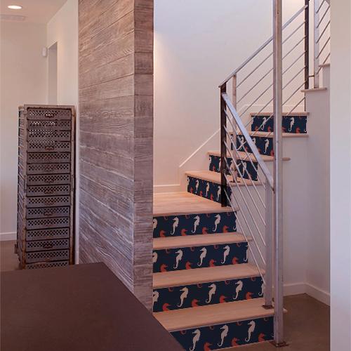 Autocollants représentant des hippocampes blancs et des hippocampes rouges collés sur des contremarches d'escaliers en bois