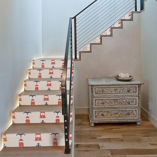 Phares rouges collés sur un escalier classique