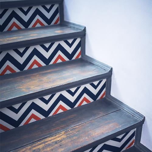 Stickers décoratifs tri-colores collés sur un escalier en bois noir