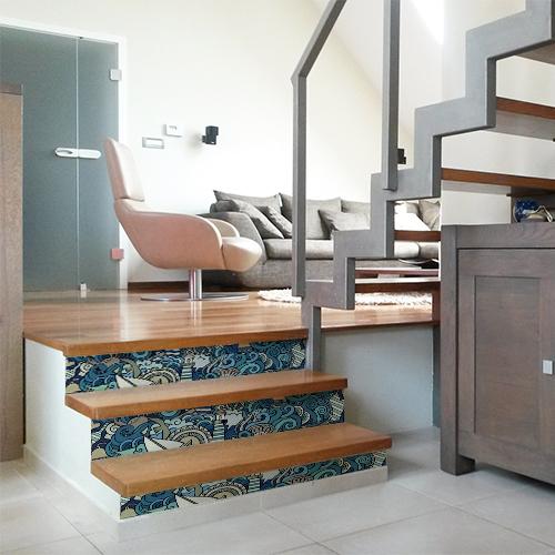 Ras de marrée bleu ornant des contremarches en bois moderne