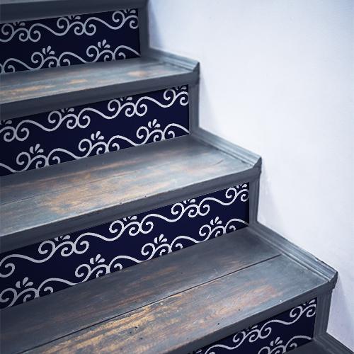 Stickers autocollants décoratif arabesques blanches sur bleu collés sur des contremarches en bois noir