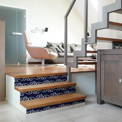 Maison moderne dont les escaliers sont décorés par des stickers adhésifs représentant des arabesques blanches sur bleu