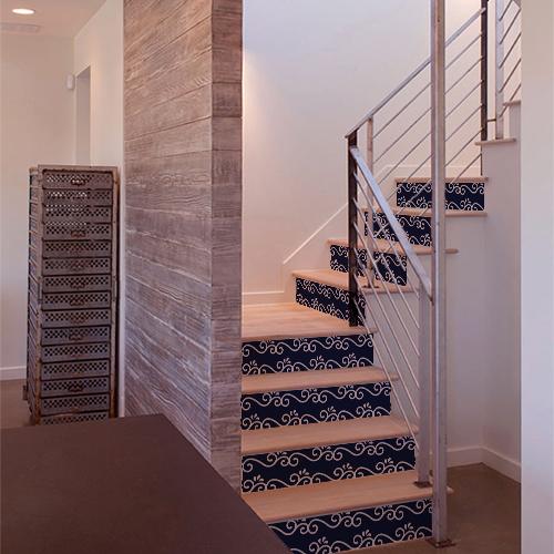 Maison moderne dont les escaliers sont décorés avec des stickers autocollants arabesque