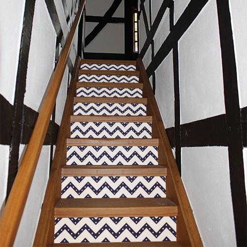 Escalier traditionnel recouvert de stickers autocollants représentant des chevrons blancs à poids bleus
