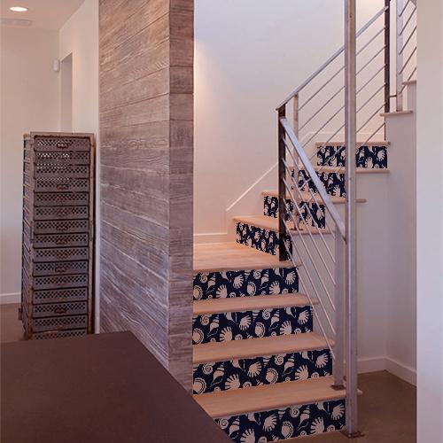 Maison récente dont les escaliers sont ornés de coquillages blancs sur fond bleu