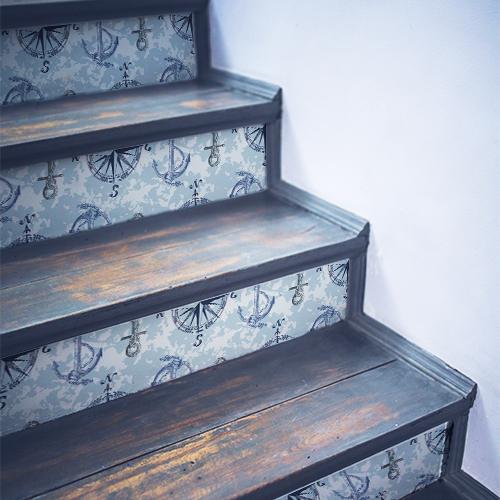 Stickers déco mosaïque d'ancres et autres sur fond bleu collés sur des escaliers en bois classique