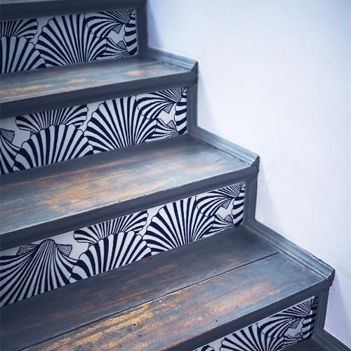 Stickers déco coquilles St Jacques collés sur des escaliers noirs en bois