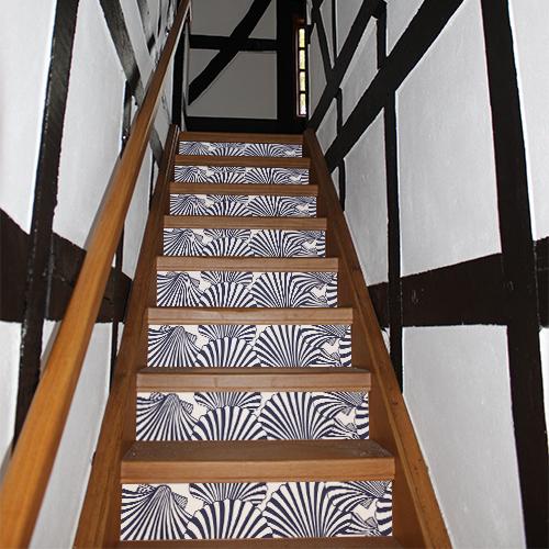 Stickers autocollants mosaïque de coquilles St Jacques blanches et bleues collés sur des contremarches d'escaliers en bois