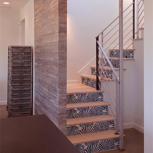 Maison moderne dont les escaliers sont mis en valeur par des stickers autocollants représentant des coquilles St Jacques blanches et bleues