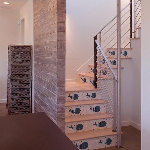 Maison moderne dont les escaliers sont décorés avec des stickers pour enfants motif baleines