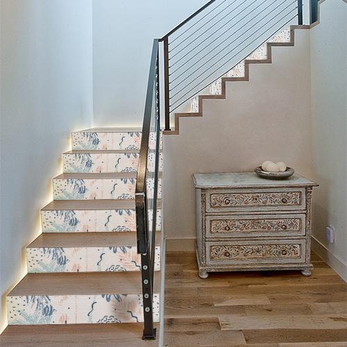 Escalier classique décoré avec des stickers adhésifs représentant des plantes aquatiques