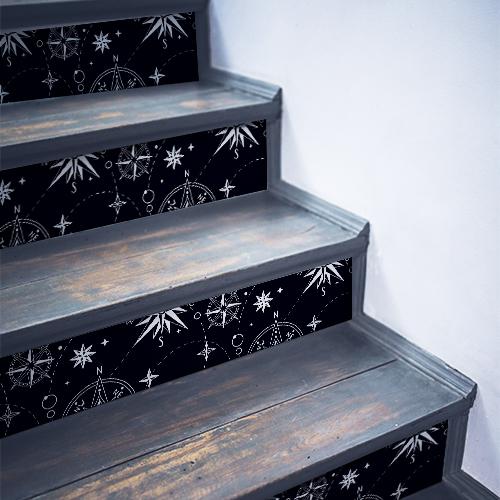 Escalier en bois noir décoré avec des stickers décoratifs représentant toutes sortes de roses des vents