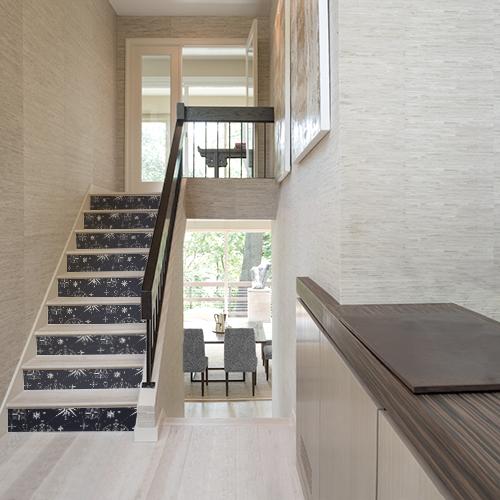 Maison moderne avec des escaliers en bois ornés de stickers autocollants noirs avec des roses des vents blanches