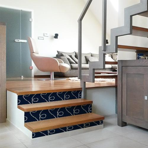 Stickers autocollants cordes blanches sur fond bleu collés sur les contremarches d'un escalier dans une maison moderne