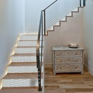 Maison luxueuse dont les escaliers sont ornés de plusieurs stickers autocollants représentant des vagues bleues clairs