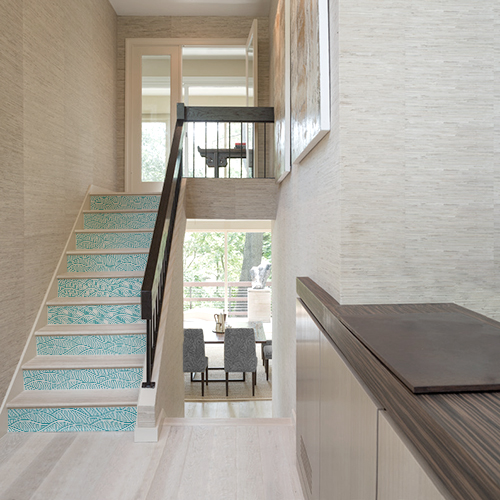 Maison de luxe dont les escaliers en bois sont décorés avec des stickers autocollants vagues bleues