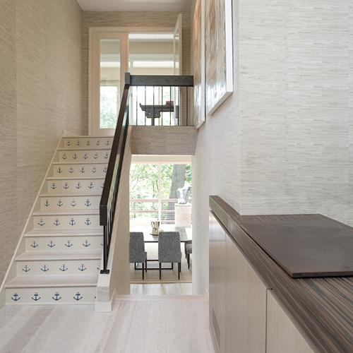 Stickers décoratifs ancres mignonnes collés sur les marches d'un escalier en bois moderne