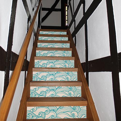 Maison en bois avec des stickers vagues bleues et blanches collés sur ses escaliers en bois