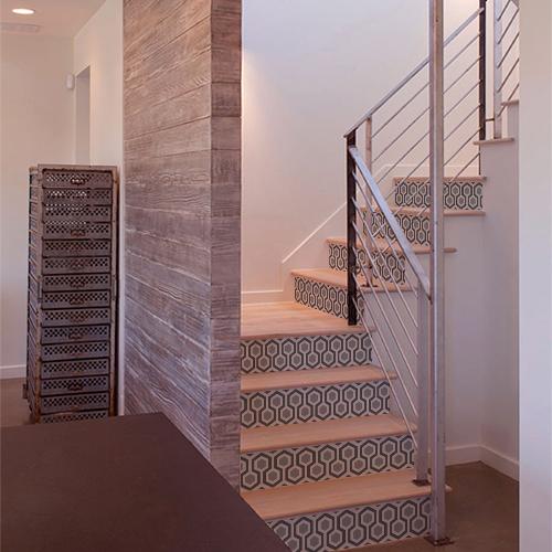 Stickers autocollants ruche couleur grise mettant en valeur des escaliers dans une maison moderne