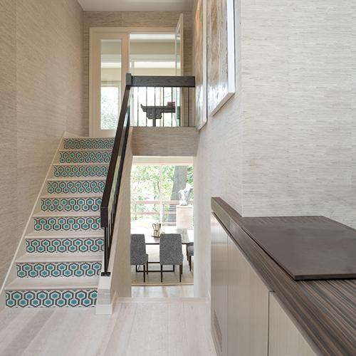 Maison luxueuse dont les escaliers sont décorés avec des stickers adhésifs modèle Ruche bleu et gris