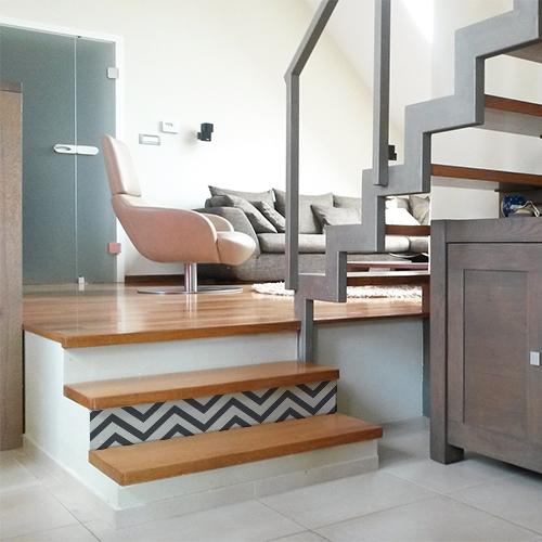 Stickers adhésif blancs intégrals collés sur des escaliers modernes