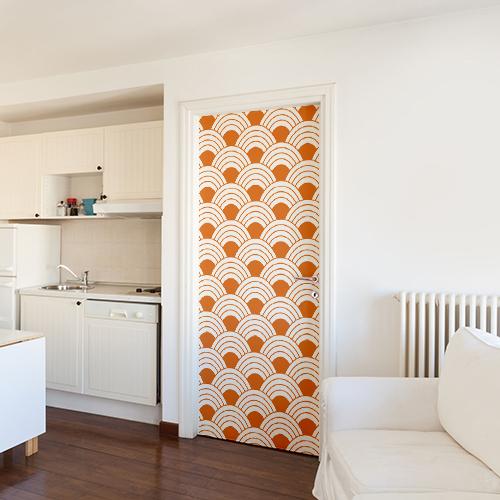 Sticker adhésif modèle écailles de poissons oranges collé sur la porte d'un salon blanc