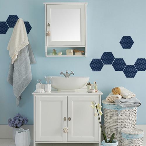 Décor de salle de bain avec des stickers de carrelage hexagones bleus.