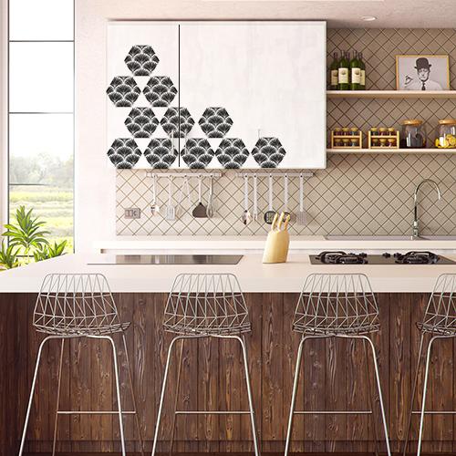 Personnalisation des placards de cuisine avec des adhésif hexagones aux motif art déco d'écailles de poisson.