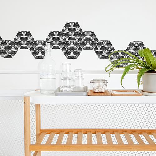 Décor scandinave avec jolie frises en hexagones art déco et fougère sur la table roulante.
