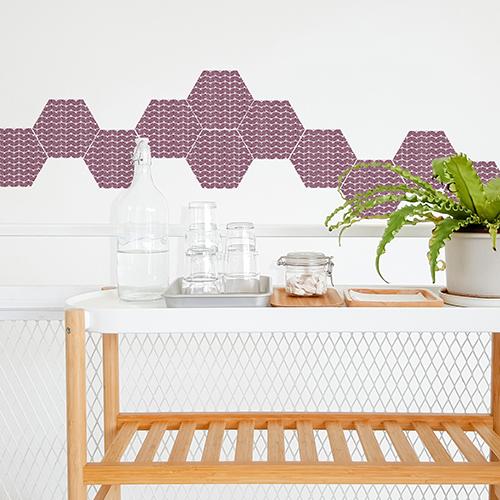 Décor scandinavec avec cette table roulante et des sticker hexagonaux au motif coquillages rose et blanc.
