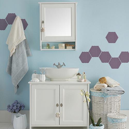 Personnalisation d'un mur de salle de bain avec des sticker de carrelage hexagones coquillages.