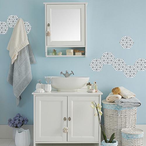 Mur de salle de bain personnalisé avec des hexagones adhésifs géométriques en noir et blanc.