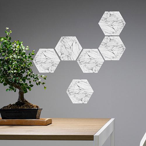 Mur d'entrée personnalisée avec un décor nid d'abeille grâce aux stickers hexagones marbre blanc