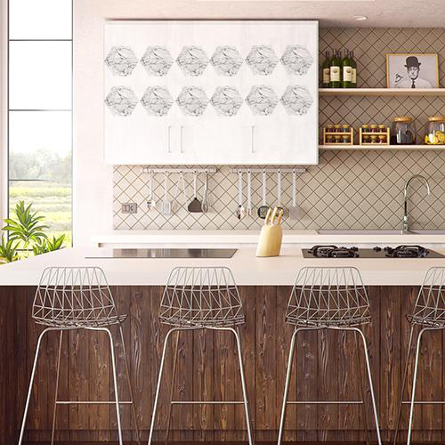 Les placards de cette cuisine sont personnalisés avec des stickers hexagones de faux marbre blanc en trompe-l'oeil.