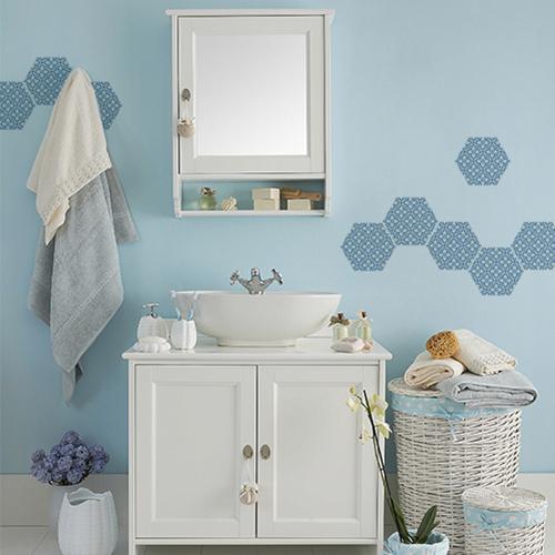 Salle de bain scandinave et personnalisation des murs avec les sticker muraux hexagone carreaux de ciment