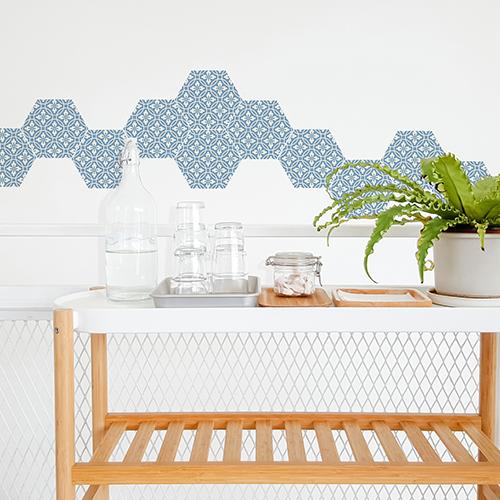 Salle à manger scandinave très lumineuse avec personnalisation des murs à l'aide de stickers hexagones carreaux de ciment