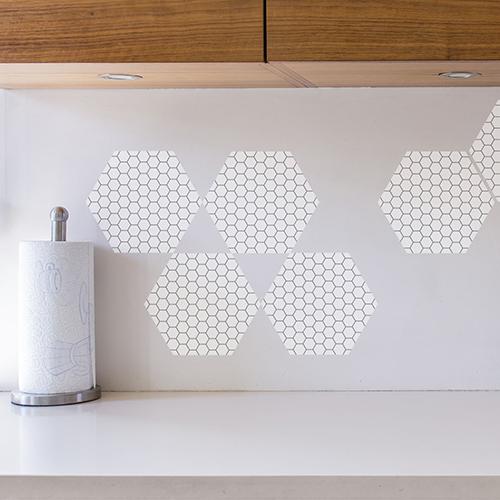 Personnalisation de crédence de cuisine avec faux carrelage hexagones nid d'abeille blanc et noir.