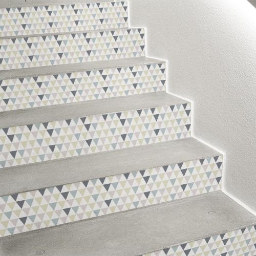 Montée d'escalier en béton avec contremarche personnalisée grâce à des stickers contremarche motif triangles.