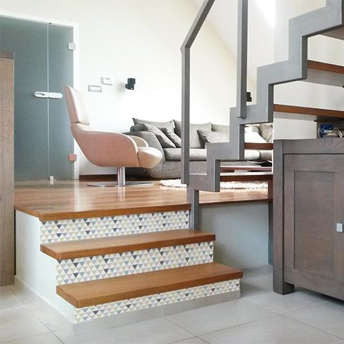 Duplex scandinave avec escaliers en bois et contremarches adhésives motifs triangle bleu.