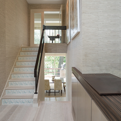 Gros plan de contremarches d'escalier personnalisées avec des adhésifs de contremarche granito bleu effet terrazzo.